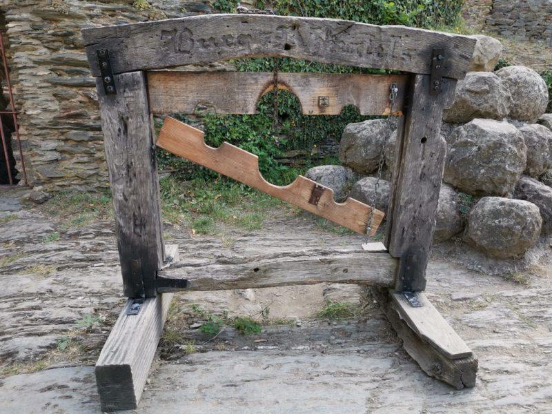 Ein Pranger in der Burg Rheinfels