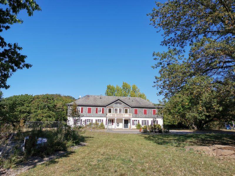 Ein Blick vom Landschaftspark Loreley auf das ehemalige Turner- und Jugendheim