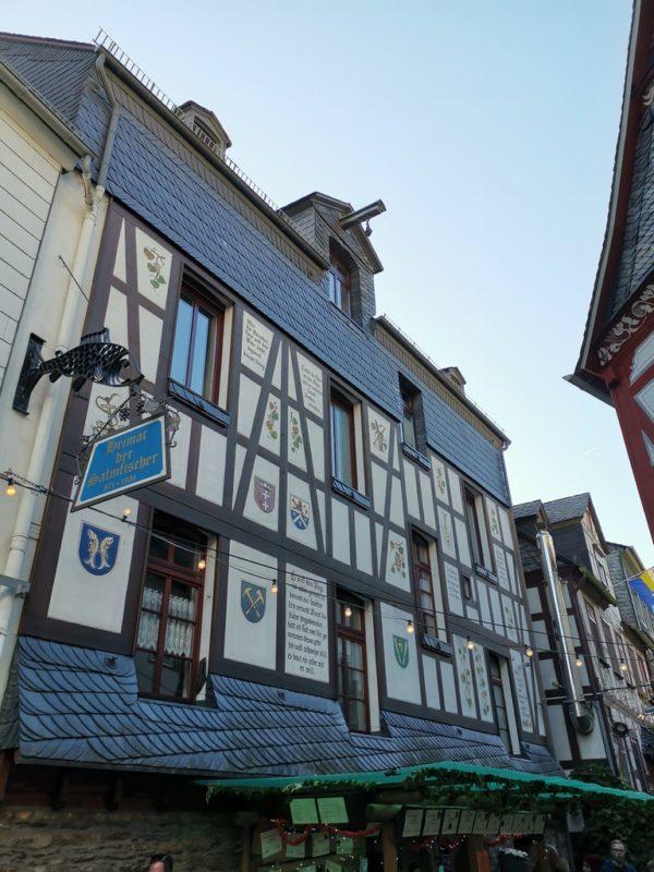 Ein Blick entlang der Fachwerkhäuser in der Weingass' St. Goarshausen