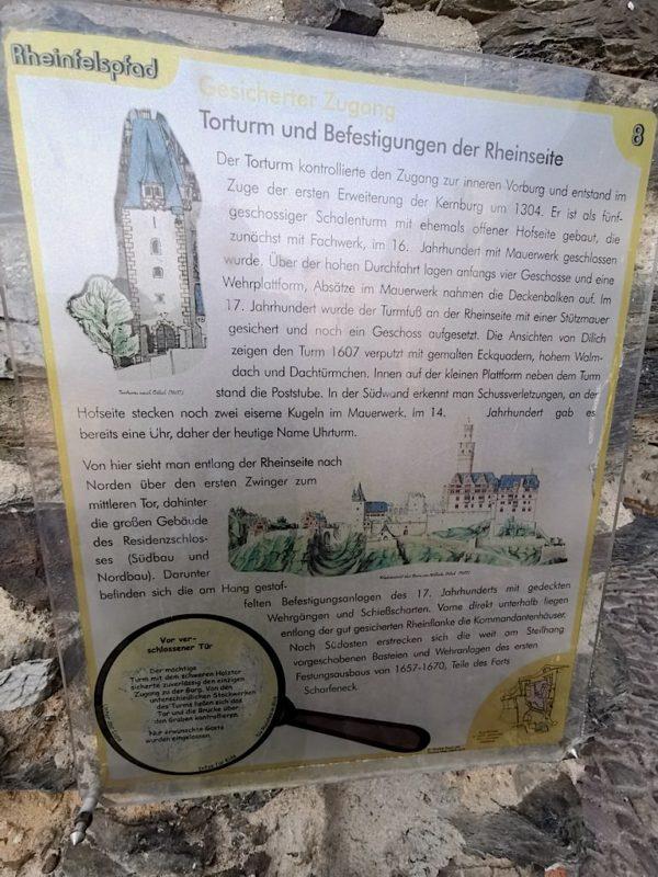 Eine der zahlreichen Infotafeln in der Burg Rheinfels