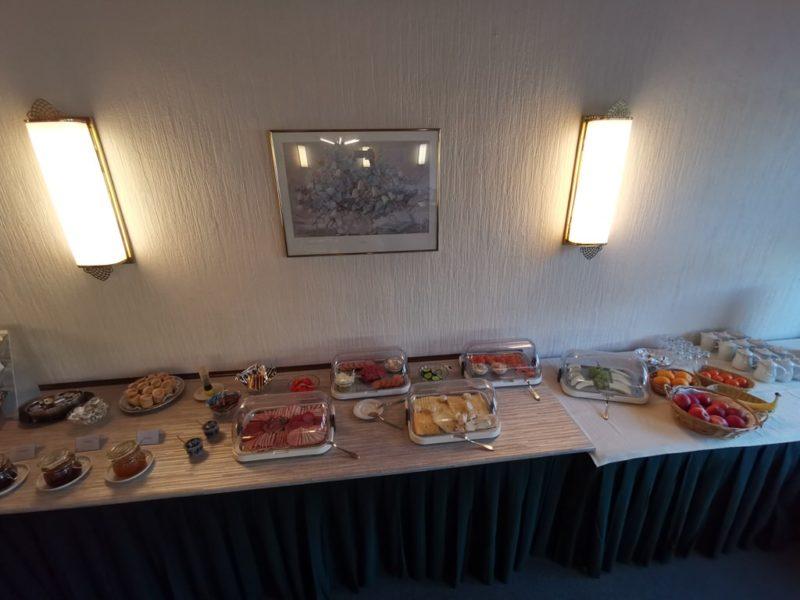 Frühstücksbuffet mit Wurst und Käse im Hotel Schlaadt Kestert