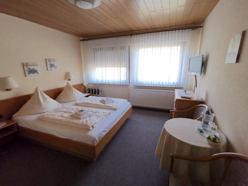 Das Zimmer ist schön groß im Hotel Schlaadt in Kestert