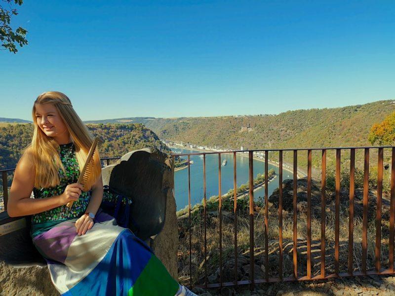 Loreley Repräsentatin Tasmin Fetz kämmt ihr güldenes Haar auf dem Loreley Felsen