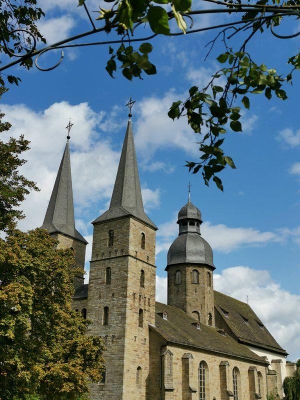 Beeindruckende Pfarrkirche der Abtei Marienmünster von außen