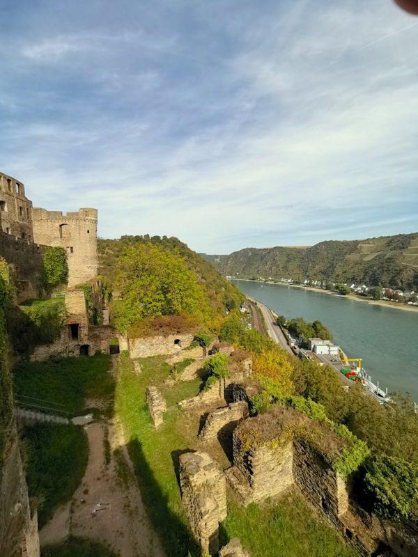 Der Blick ins Rheintal direkt nach dem Eingang in die Burg Rheinfels