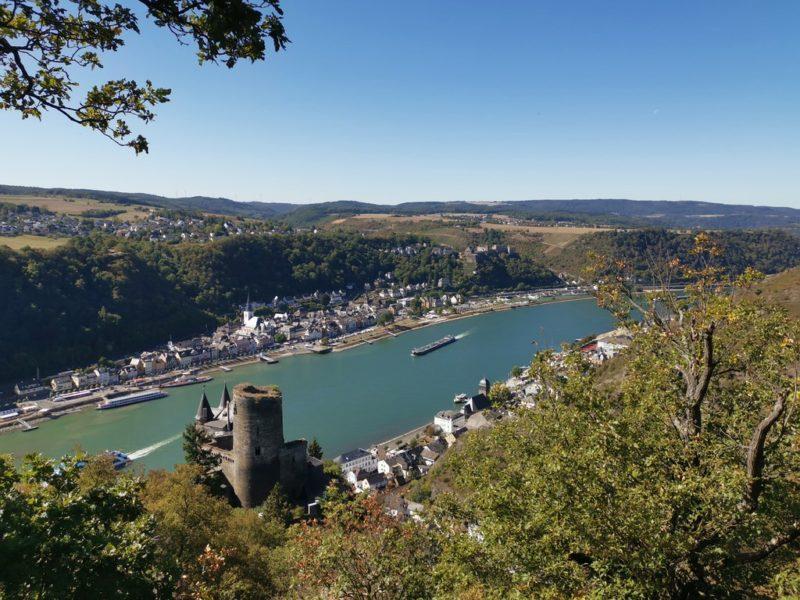 Der fantastische Blick über die Burg Katz hinweg auf den Rhein