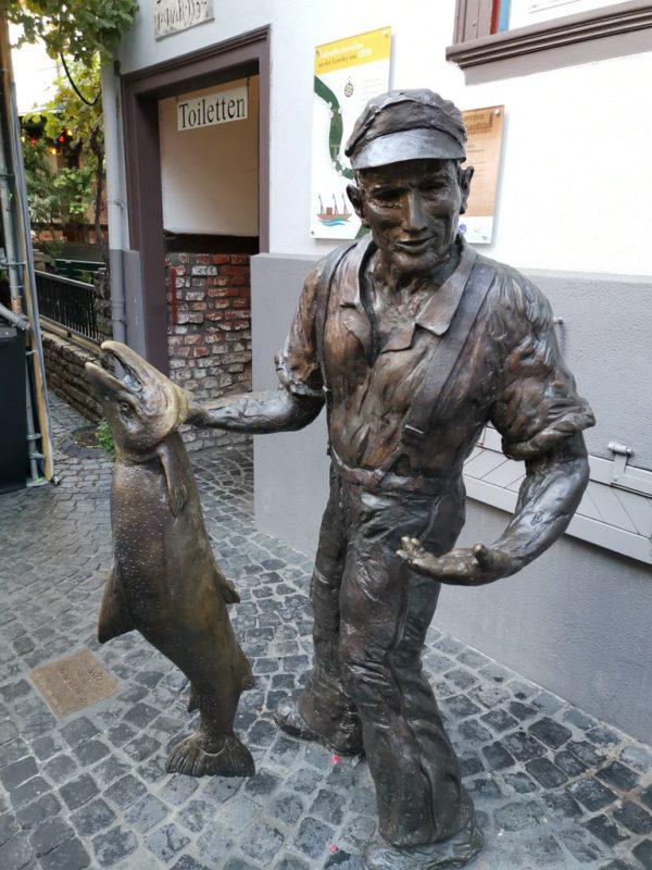 Einer der Salmfischer als Bronze in St. Goarshausen