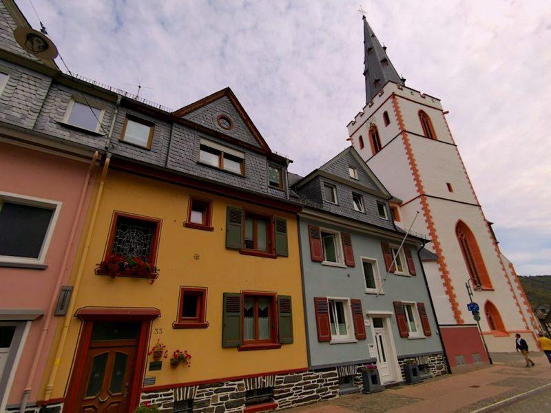 Bunte Häuser in St. Goar neben der Stiftskirche