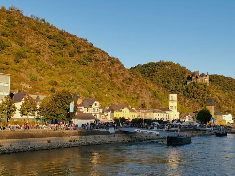 Der Schiffsanleger St. Goarshausen und die Rheinauen als Festgelände