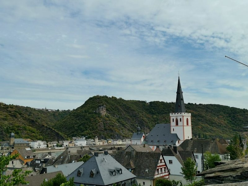 Blick über Sant Goar von der Strasse Ulmenhof mit der Stiftskirche und der Burg Katz auf der anderen Rheinseite