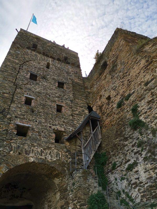 Treffpunkt für die Führung durch die Burg Rheinfels: Direkt nach der Kasse unterhalb des Uhrturms
