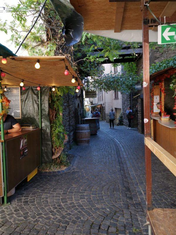 Die Weingass' in St. Goarshausen ist noch ruhig gegen 17 Uhr