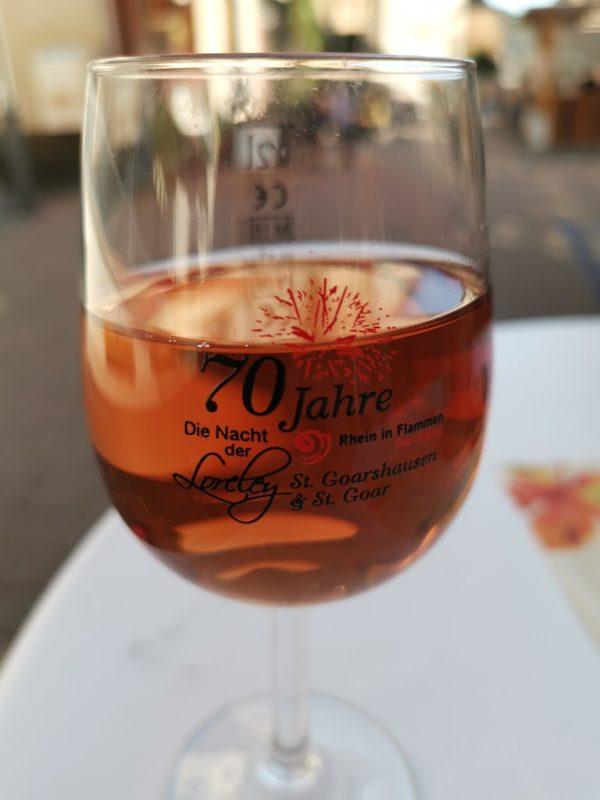 Mein frisch gefülltes Weinglas mit einem Zehntele Rose