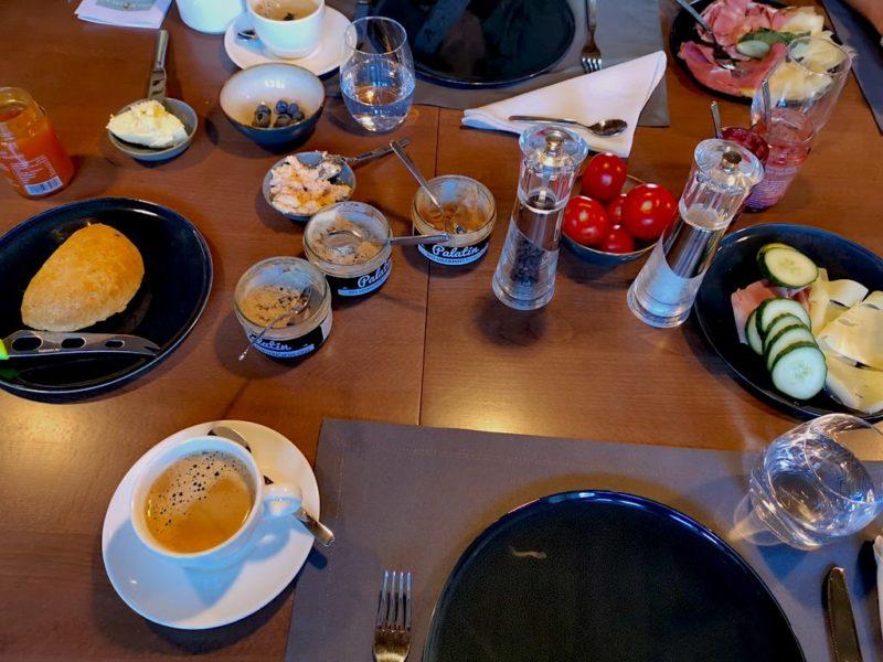Schöne Auswahl lokaler Speisen zum Frühstück im Gästehaus Zum Oberjäger