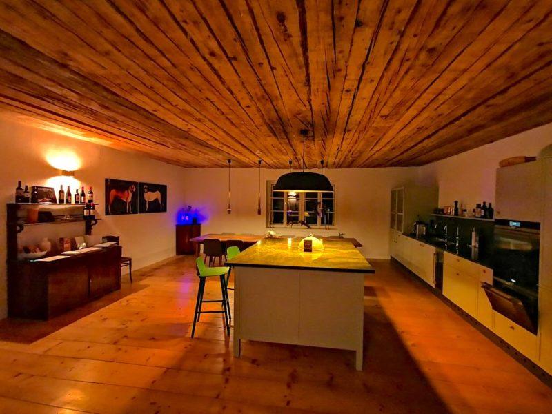 Der Kochsalon im Gästehaus in der Nacht