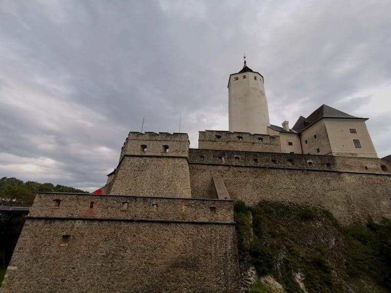 Die Burg Forchtenstein vom Parkplatz aus