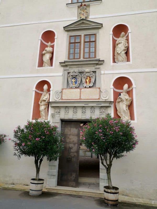 Portal zum inneren Burghof mit Wappen und Heiligen