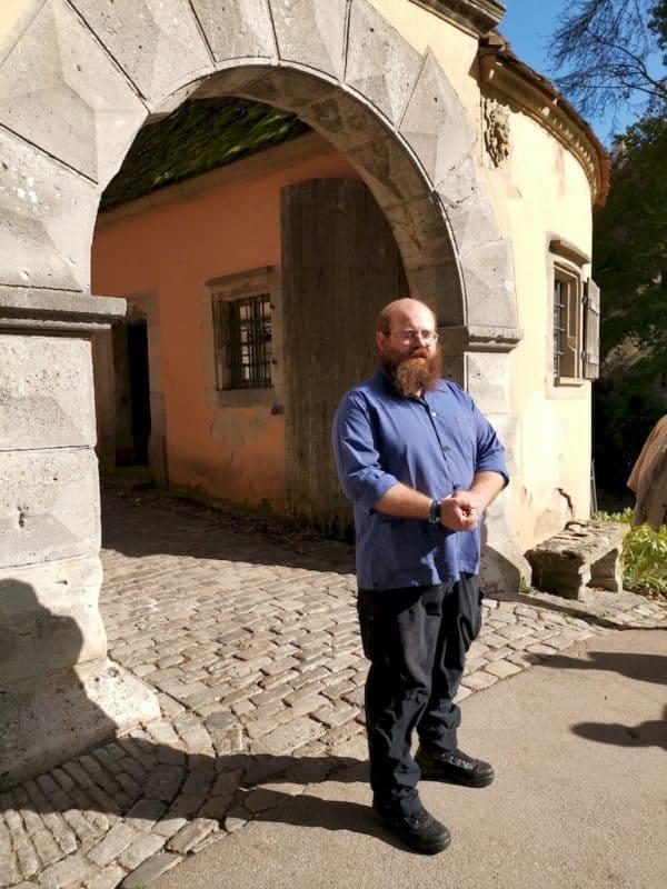 Johannes Thürauf erwartet die Teilnehmer der fachkundlichen Führung am Burgtor