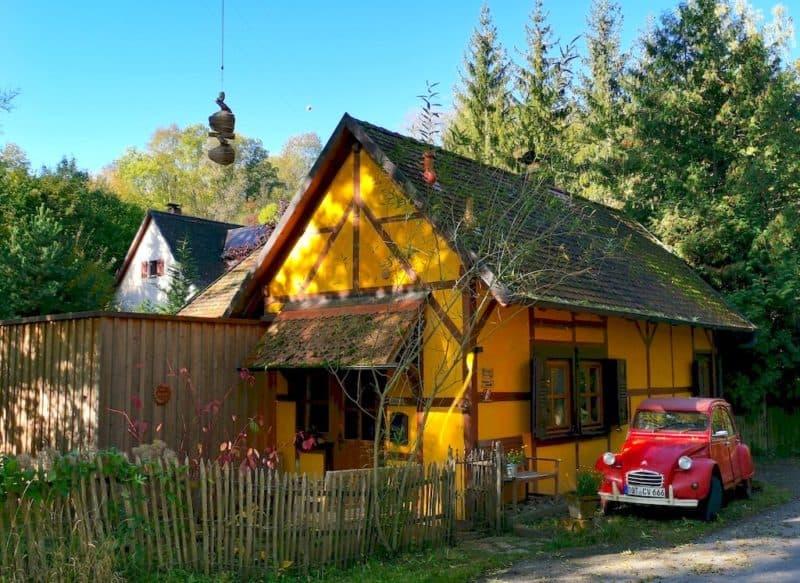 Ein kleines süßes Fachwerkhaus am Wegesrand, das als Ferienhaus vermietet wird