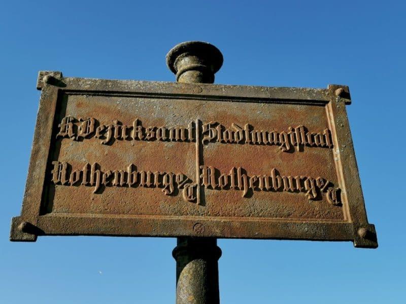Altes Schild am Wegesrand