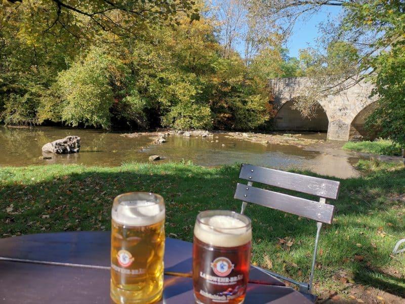 Schön gemütlich sitzt man hier an der Tauber im Biergarten Unter den Linden Rothenburg