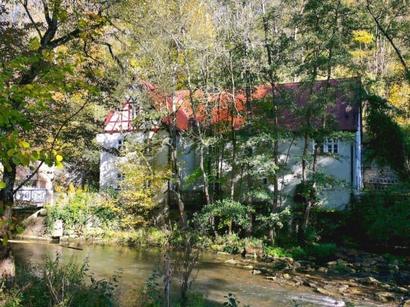 Der Weg geht vorbei an der Gipsmühle auf der anderen Seite der Tauber