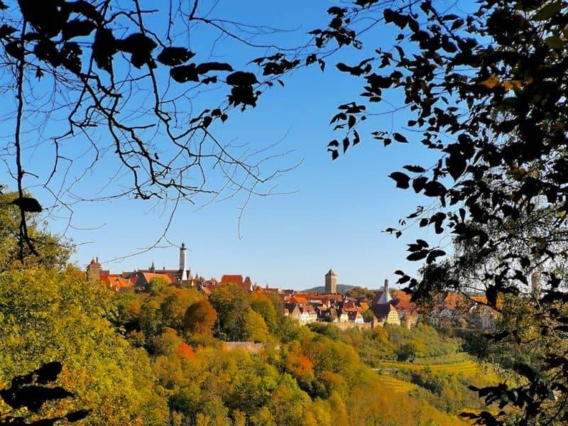 Durch die Bäume hat man an der ehemaligen Skischanze einen tollen Blick auf Rothenburg ob der Tauber