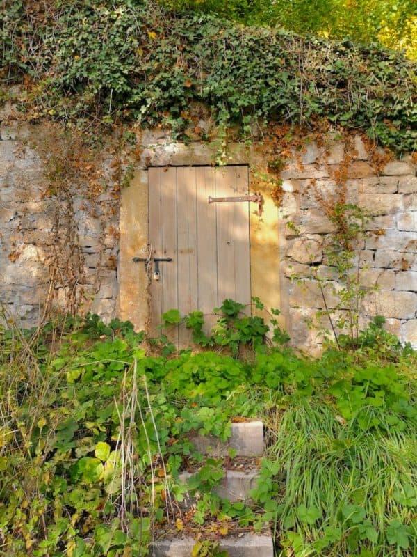 Eingang zu einem alten Unterstand am Weinberg