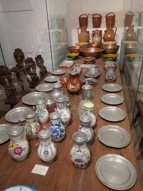 Geschirr aus mehreren Jahrhunderten in der Küche der Burg Forchtenstein