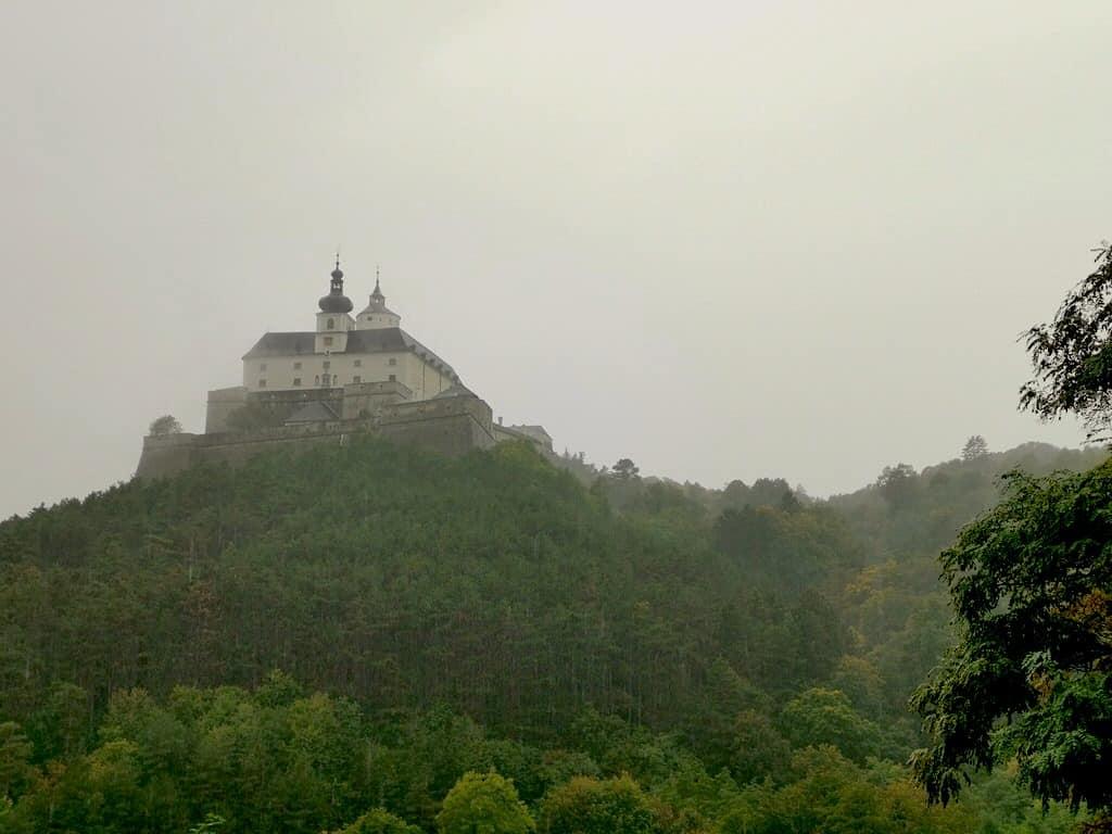 Die Burg Forchtenstein thront im Nebel und Regen uneingenommen in der Landschaft