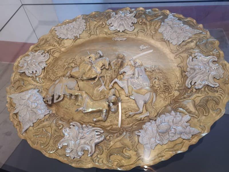 Prunkschüssel mit Darstellung der Schlacht bei Vezekenyi