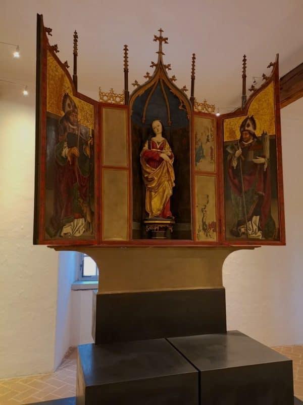 Spätgotischer Flügelaltar mit Marienstatue zwischen den Heiligen Blasius und Wolfgang