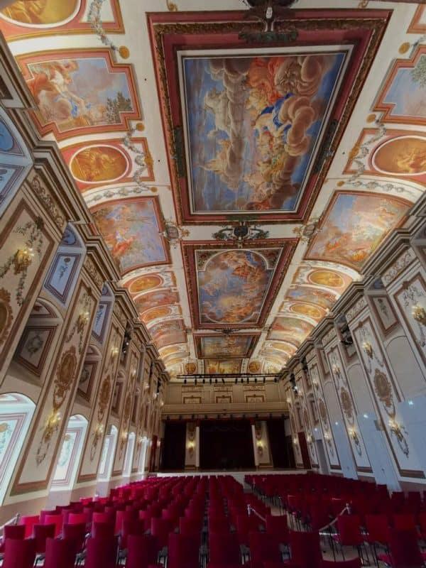 Ein Blick durch den bestuhlten Haydnsaal im Schloss Esterházy