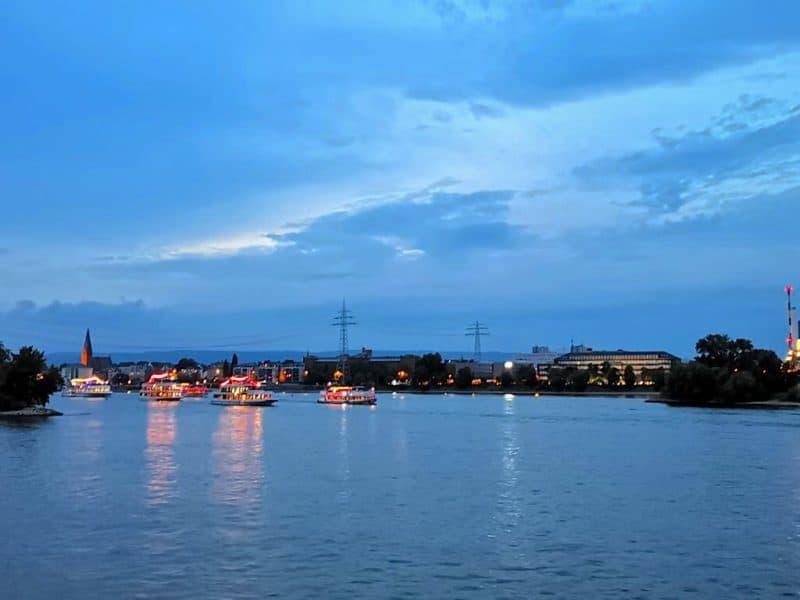 Schnell wird es dunkler und dunkler auf dem Rhein