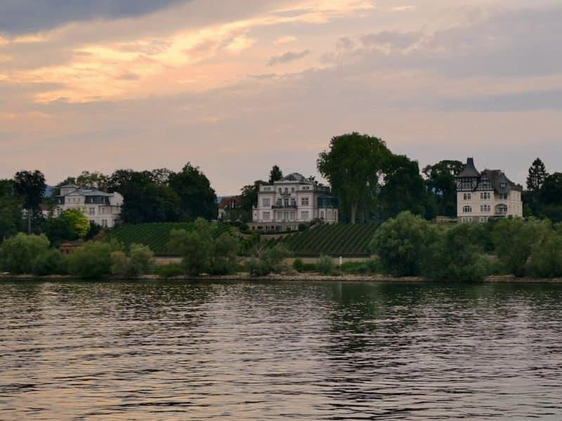 Am Ortsbeginn von Eltville stehen diese schönen Häuser am Rhein