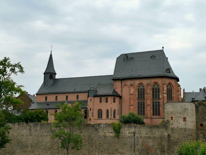 Und auch eine schöne Kirche steht direkt am Main