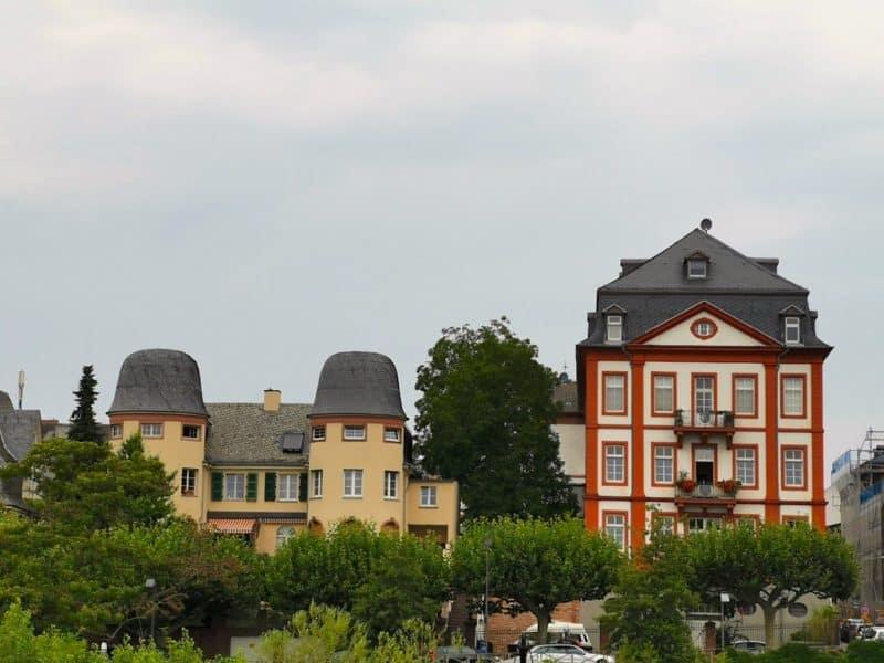 Schöne Häuser säumen den Main