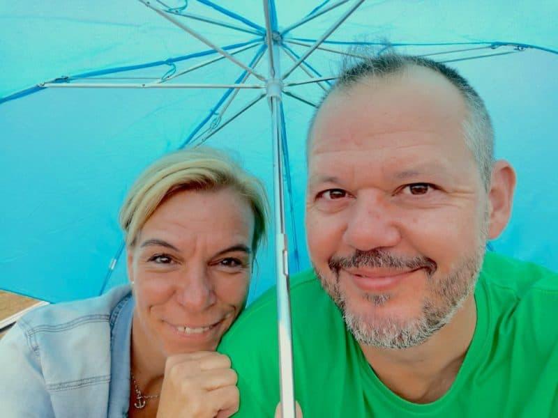 Nic und ich verstecken uns einen Moment unter dem Schirm bei einem kurzen Regenschauer auf dem Main