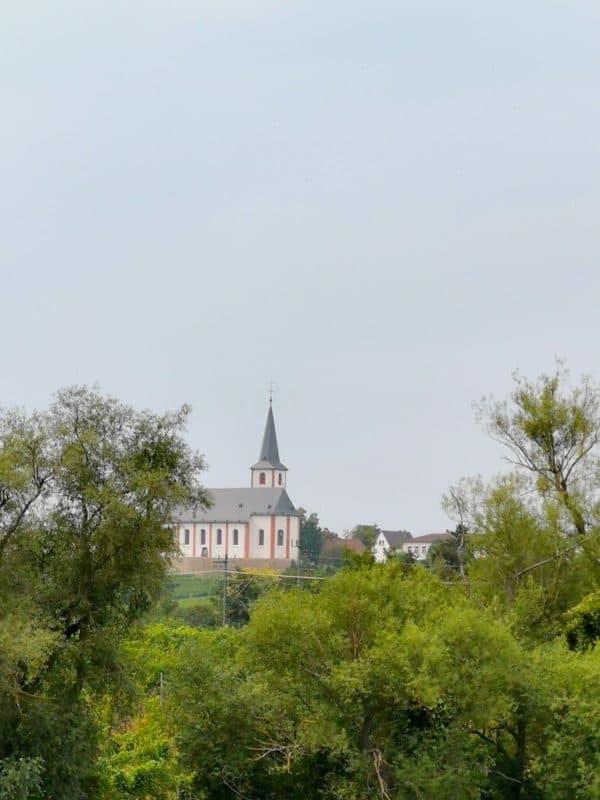 Die St. Peter und Paul Kirche in Hochheim ragt über den Main mit etwas Abstand