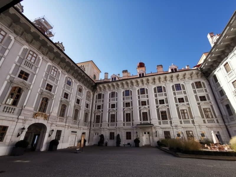 Treffpunkt für die Schlossführungen ist im Innenhof