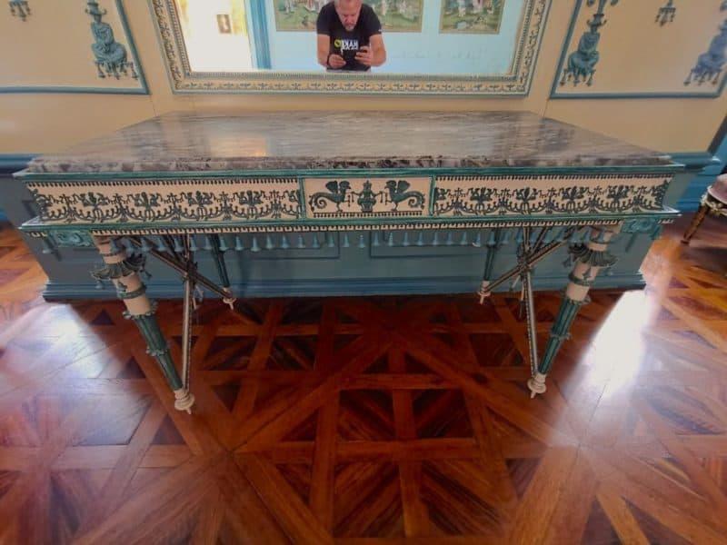 Der Schreibtisch im Schreibkabinett der Fürstin
