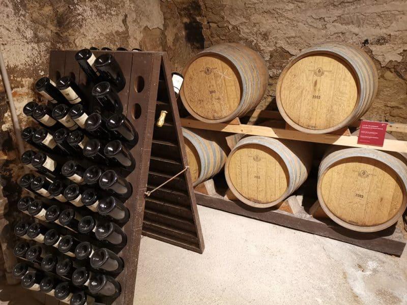 Weine und Weinflaschen im Weinmuseum Esterházy