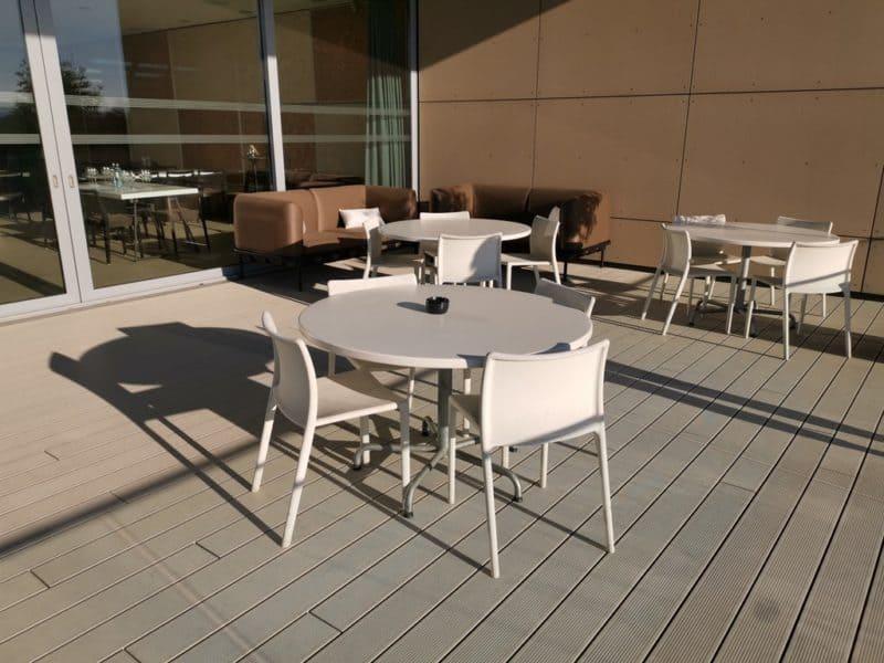 Schöne Terrasse zum draussen sitzen und Wein genießen im Weingut Esterházy
