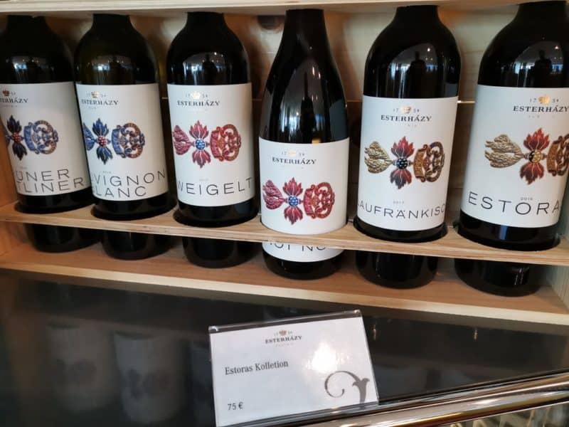 Rotweine im Regal im Weingut Esterházy