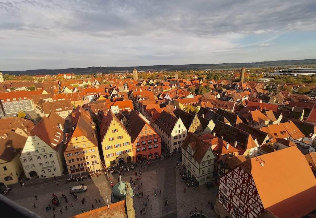 Der Marktplatz von Rothenburg liegt dem Rathausturm zu Füßen