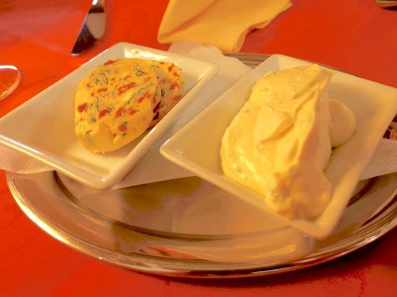 Tomaten-Basilikum-Butter und Kräuterschmand