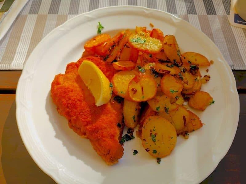 Cordon Bleu mit Bratkartoffeln im Gasthaus zur Schranne Rothenburg