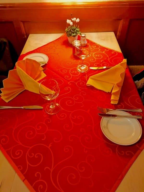 Ein großer Tisch für uns zwei