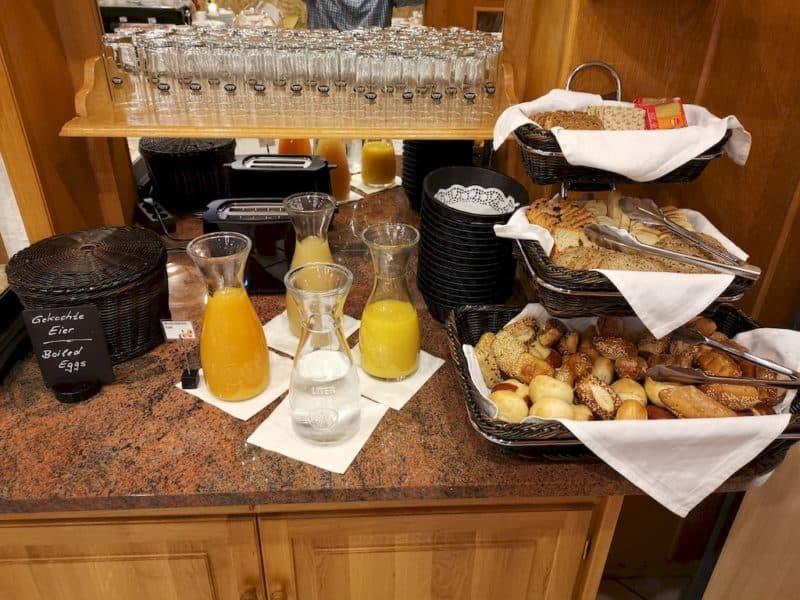 Große Auswahl an Brötchen und Brot sowie Säfte zum Frühstück im Hotel Sonne Rothenburg