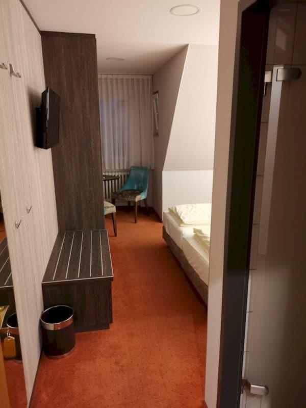 Der erste Blick ins Zimmer beim Öffnen der Türe im Hotel Sonne Rothenburg